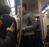 北京地铁一男子辱骂女子并抢手机 警方称已抓获嫌犯