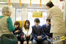 在日本地铁上给老人让座,或被认为是不尊重的表现!