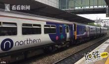 """英列车车厢哗哗地""""下大雨"""" 晚高峰乘客叫苦不迭"""