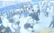 """深圳地铁三男子为拍短视频吸粉 车厢内大喊""""小心地雷"""""""