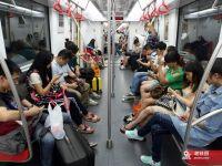 """地铁""""低头族""""只看手机 自己危险影响别人"""