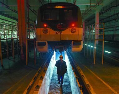 """上海地铁将延长运营时间 """"守夜人""""压力更大了 轨道动态"""