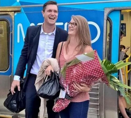 暖男地铁求婚 全车乘客做见证 地铁求婚 轨道故事  第1张