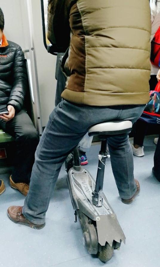 男子带电动滑板车入地铁车厢 上海地铁:不允许此行为 地铁车厢 电动滑板车 轨道动态  第1张