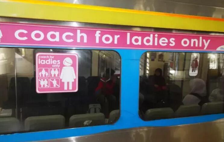 揭秘国外女性专列,女生都在地铁做什么? 国外女性专列 轨道知识  第1张