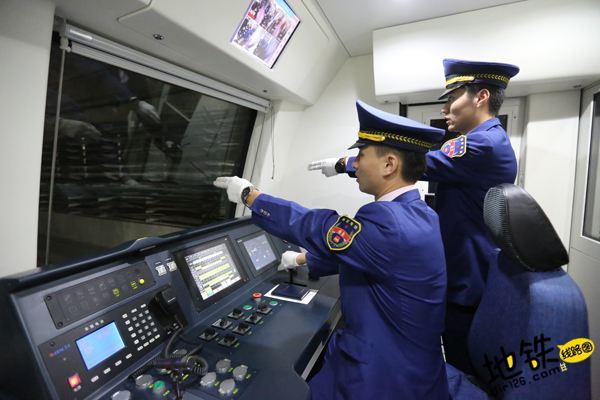 """地铁司机每天""""手指口呼""""指令1300余次 轨道动态"""