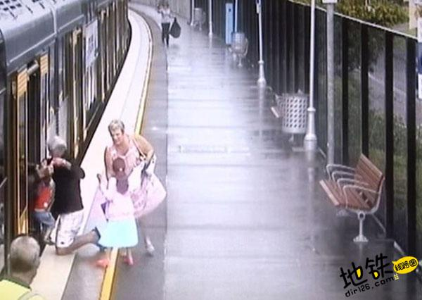 澳男童失足落入地铁轨道 性命无虞死里逃生 死里逃生 地铁轨道 失足 澳男童 轨道动态  第1张