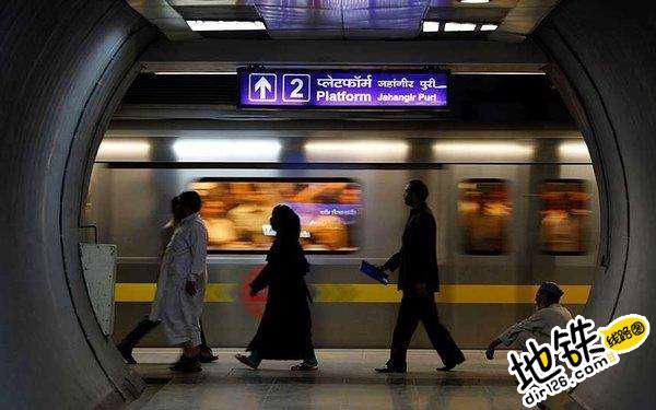 印度新德里地铁站内广告屏出问题 公然播放色情内容 轨道休闲