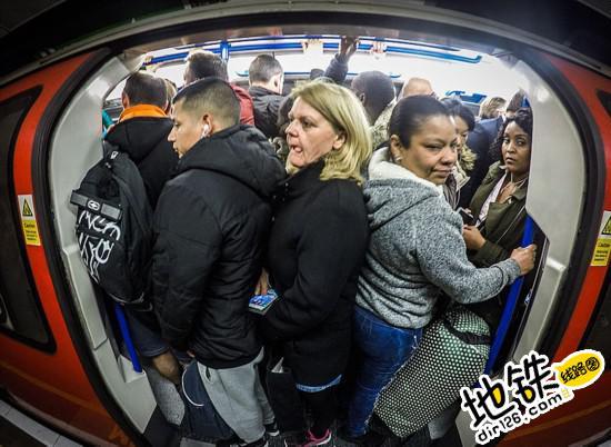 镜头下的伦敦地铁:高峰时期拥挤不堪 轨道动态