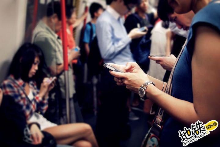 """坐地铁越拥挤,手机""""买买买""""几率越高 轨道知识"""