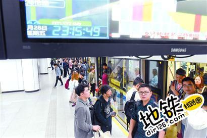 地铁延时运营首日:乘客晚归方便 时间很充裕 方便 时间 乘客 运营 延时 地铁 轨道动态  第1张