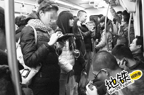 """""""低头族""""遇地铁急刹车摔伤 地铁公司有多大责任? 责任 地铁 急刹车 地铁族 轨道动态  第1张"""