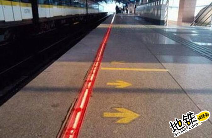 地铁站为什么要设置一个黄色安全线? 黄色安全线 地铁 安全线 地铁站 轨道知识  第1张