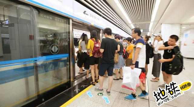 在你的记忆里,下班的地铁是什么样子? 地铁车厢 下班 地铁站 地铁 轨道故事  第3张