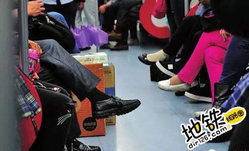 地铁里跷二郎腿 你觉得合适吗? 网友 乘客 地铁车厢 跷二郎腿 地铁 轨道动态  第2张