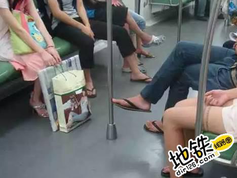 地铁里跷二郎腿 你觉得合适吗? 网友 乘客 地铁车厢 跷二郎腿 地铁 轨道动态  第3张