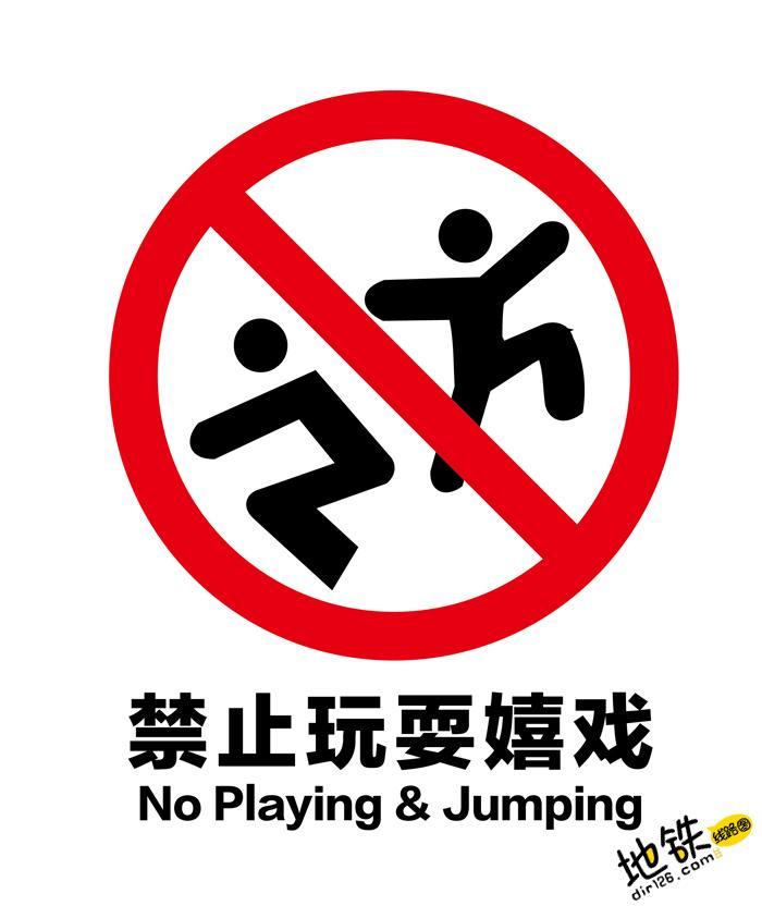 千万别让孩子这么玩,这可不是闹着玩的! 电梯 扶梯 玩儿 孩子 轨道 地铁 轨道动态  第1张