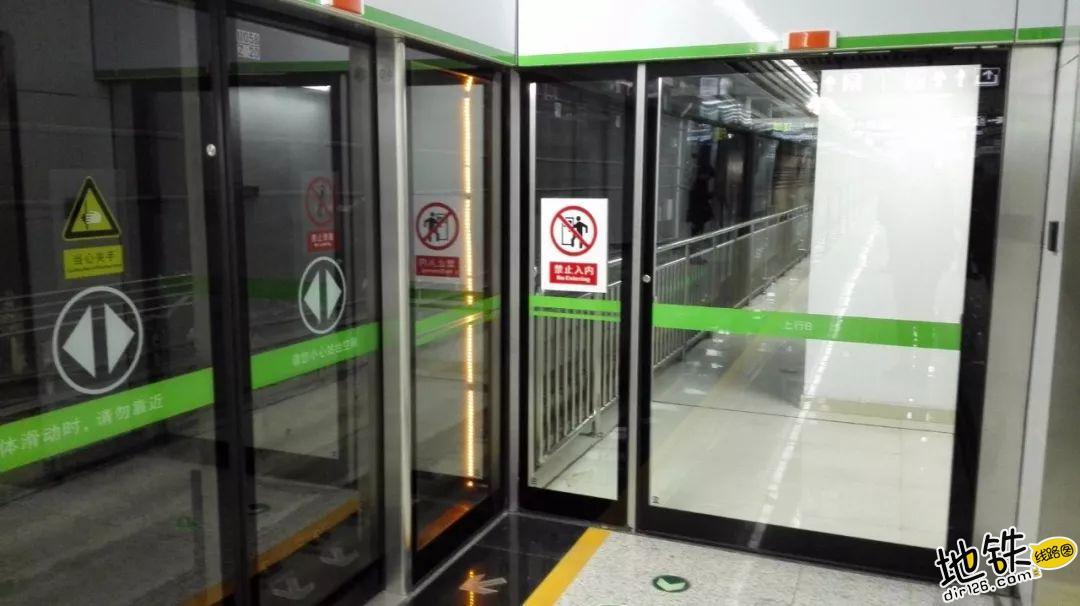 你不知道的安全门小细节 缝隙灯 屏蔽门 安全门 地铁站台 地铁 轨道知识  第2张