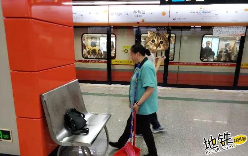 地铁保洁:这些地方最容易捡到宝贝 站务 失物 遗失 保洁 地铁 轨道动态  第1张