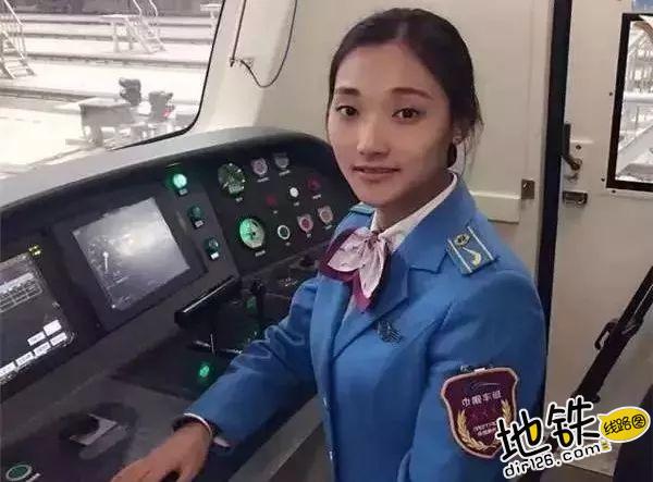 地铁女司机,城市地铁里的美丽风景? 职业 辛苦 风景 女司机 地铁 轨道故事  第3张