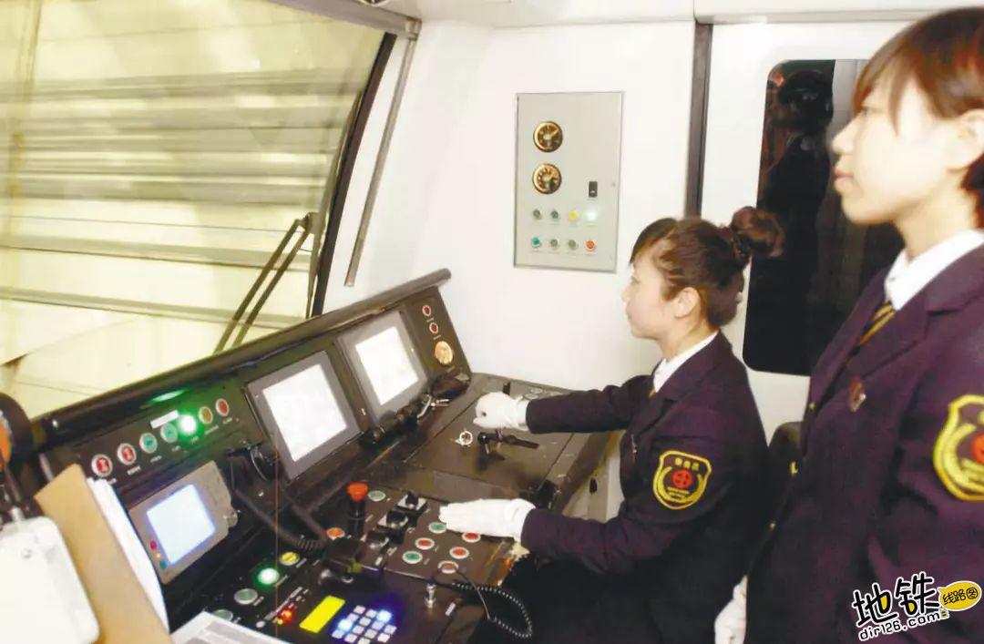 地铁女司机,城市地铁里的美丽风景? 职业 辛苦 风景 女司机 地铁 轨道故事  第4张