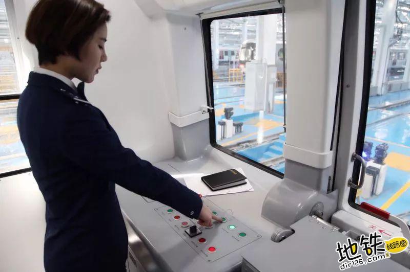 地铁女司机,城市地铁里的美丽风景? 职业 辛苦 风景 女司机 地铁 轨道故事  第5张