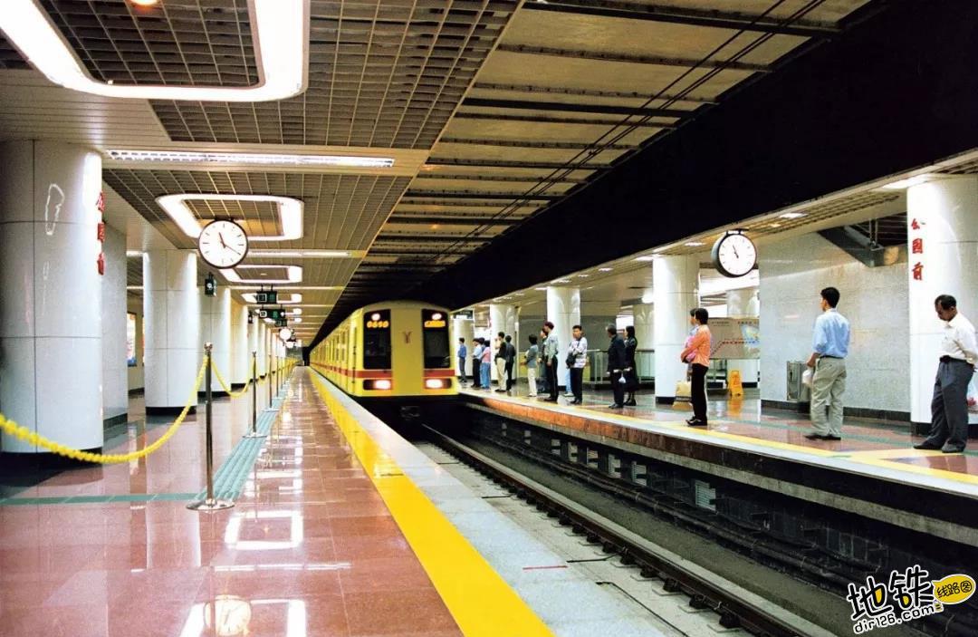 揭秘:地铁转弯时列车倾斜,为何在车厢内感觉不到? 列车 向心力 倾斜 转弯 地铁 轨道知识  第4张