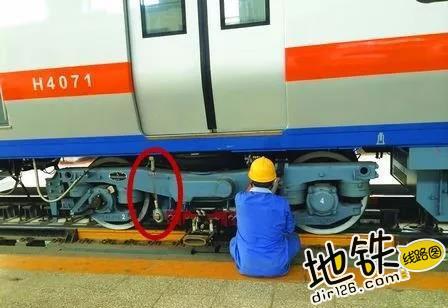揭秘:地铁转弯时列车倾斜,为何在车厢内感觉不到? 列车 向心力 倾斜 转弯 地铁 轨道知识  第5张