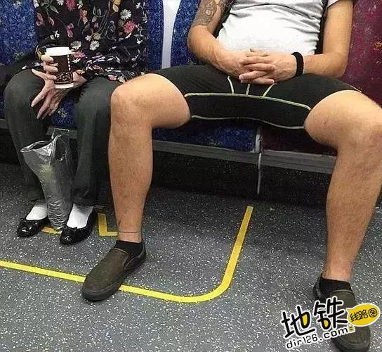 """地铁小伙霸气叫""""时髦""""女子让座,女子回答引网友热议! 教养 道德 文明 占座 地铁 轨道动态  第6张"""