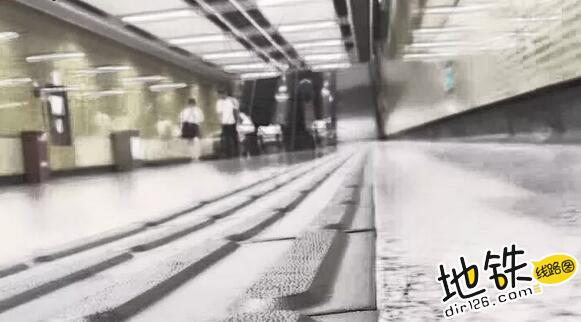 地铁列车驶过头顶,一家三口奇迹生还 婴儿车 轨道 铁轨 地铁 伦敦 轨道动态  第1张