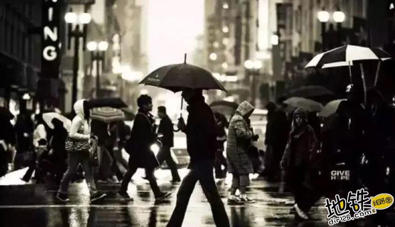 陌生人递纸巾,愿你被这个世界温柔以待! 世界 陌生人 纸巾 地铁 轨道故事  第1张