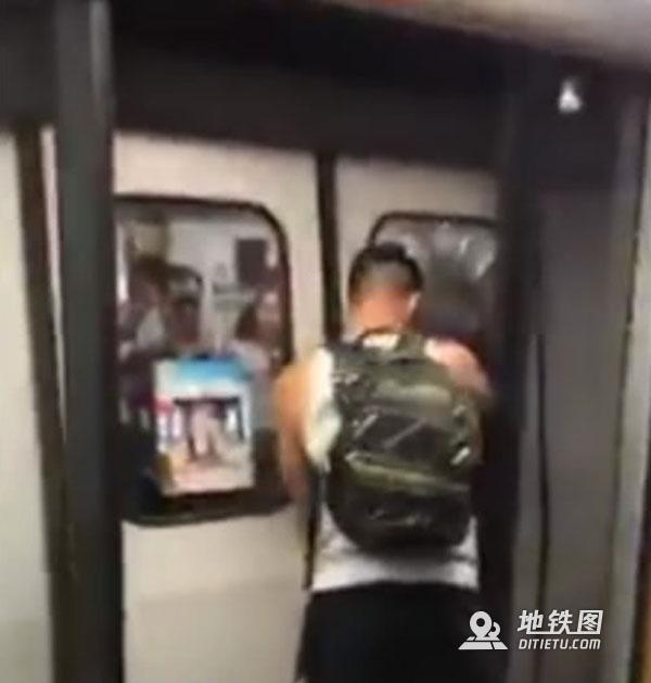 外籍男子扒开香港地铁门 香港网友怒了 屏蔽门 港铁 男子 地铁 外籍 轨道动态  第1张