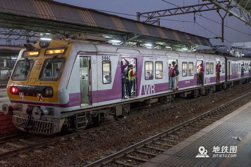 印度孟买地铁:无安检、检票,车门全程开着,有女性专用车厢  铁路 车厢 检票 安检 孟买地铁 轨道动态  第1张